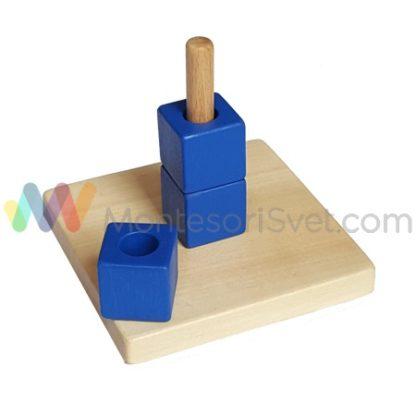 tri-plave-kocke-se-nižu-na-vertikalni-stap