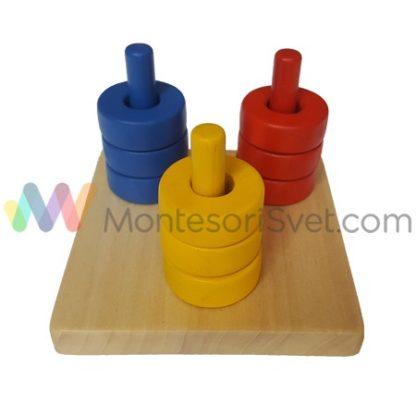 montesori-obojeni-diskovi-na-tri-vertikalna-stapa